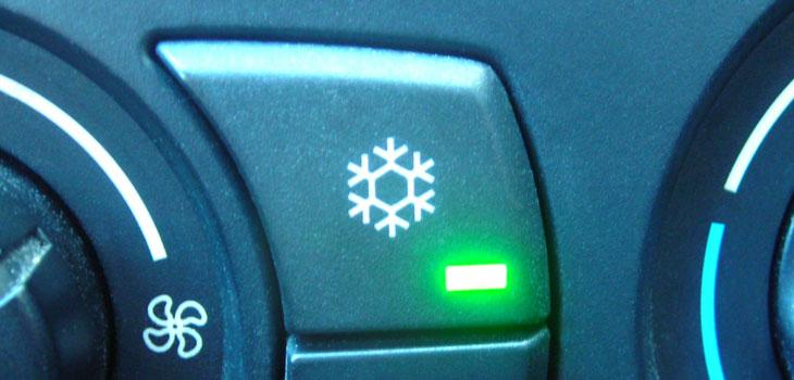 Wir überprüfen die Klimaanlage Ihres Autos.